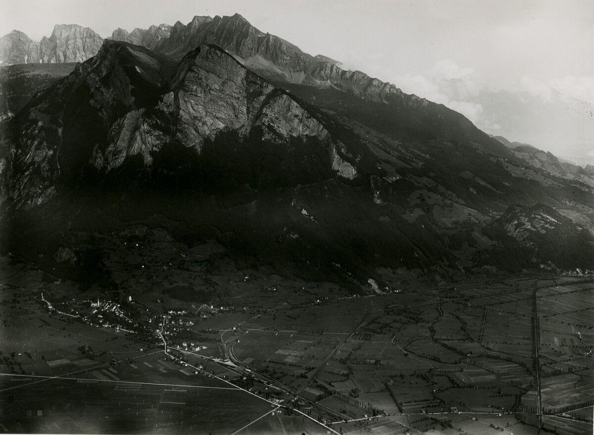 EBA 2/321.17: Landschaftsaufnahmen Gonzen aussen, Flugaufnahme