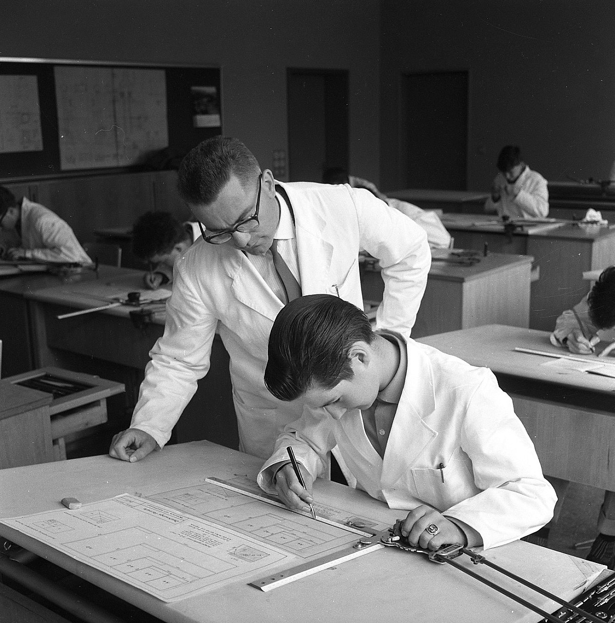 GFA 17/600751: Apprentices in the drawing classroom and in the factory school
