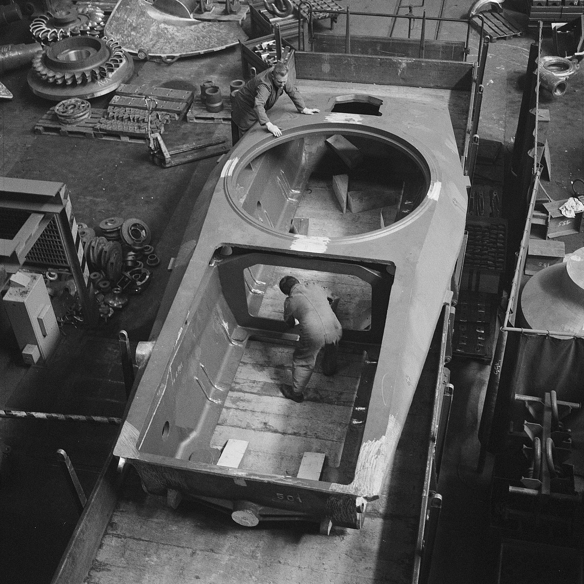 GFA 17/690642.3: Loading of a armoured tank in the steel foundry