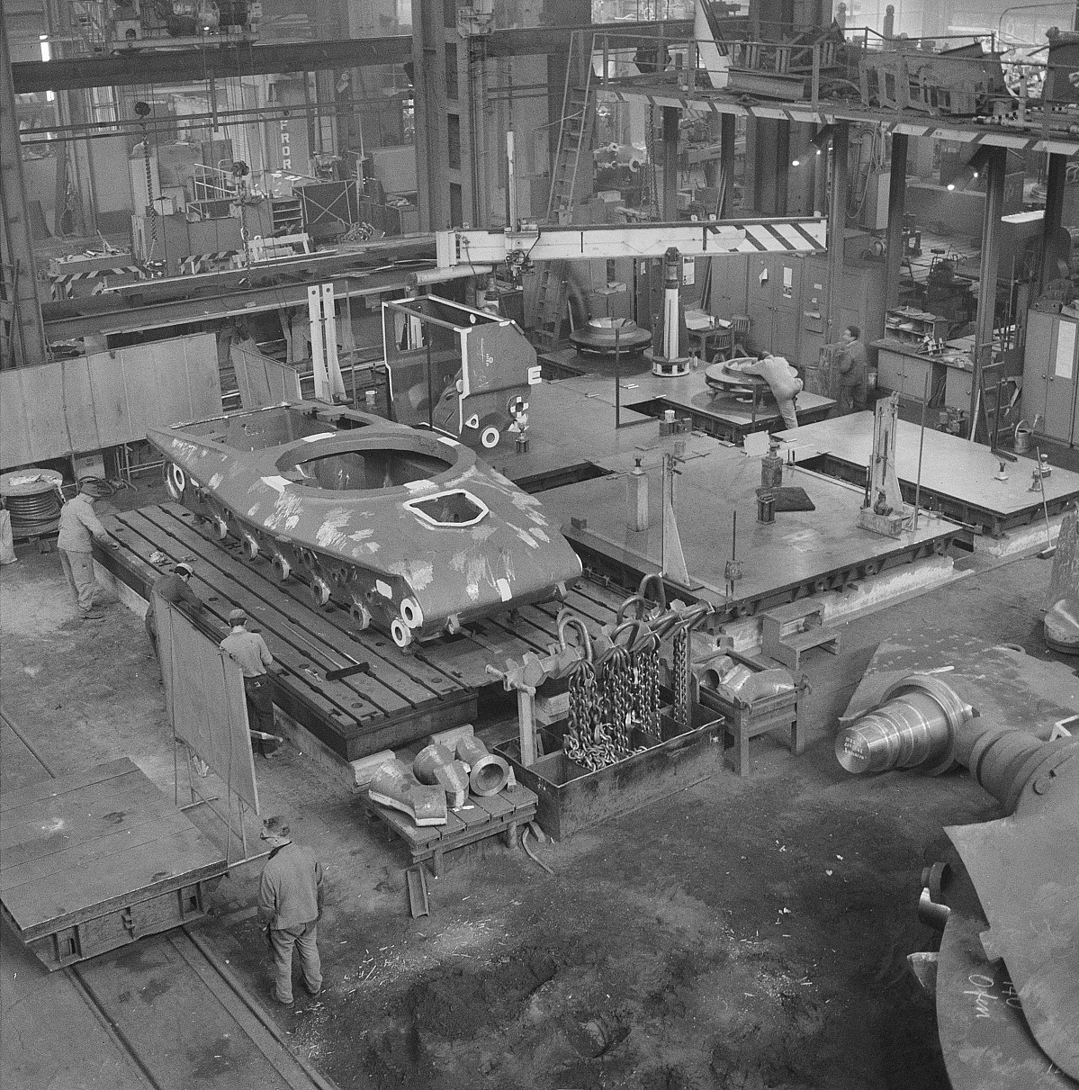 GFA 17/690642.5: Loading of a armoured tank in the steel foundry